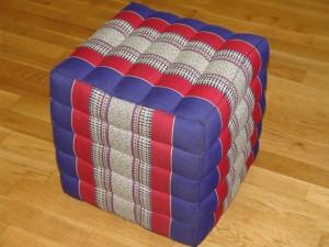 TK0023-33 Thailändisches Würfelkissen Thaihocker Sitzkissen aus Kapok Farbe: blau/rot/Blume Masse: 40 x 40 x 40 cm