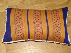 TK0024-01 Thaikissen Sofakissen Farbe: dunkelblau / gold / Raute Füllung aus 100% Kapok Masse: 45 x 25 x 15cm