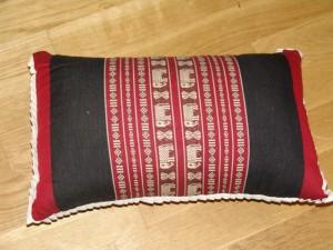 TK0024-05 Thaikissen Sofakissen Farbe: dunkelrot / schwarz / Elefant Füllung aus 100% Kapok Masse: 45 x 25 x 15cm