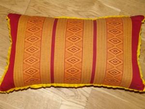 TK0024-07 Thaikissen Sofakissen Farbe: dunkelrot / gold / Raute Füllung aus 100% Kapok Masse: 45 x 25 x 15cm