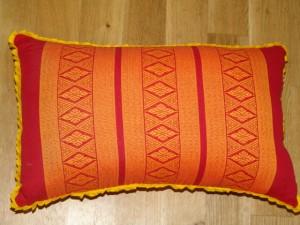 TK0024-08 Thaikissen Sofakissen Farbe: hellrot / gold / Raute Füllung aus 100% Kapok Masse: 45 x 25 x 15cm