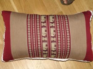 TK0024-30 Thaikissen Sofakissen Farbe: bordeaux / hellbraun / Elefant Füllung aus 100% Kapok Masse: 45 x 25 x 15cm