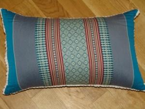 TK0024-50 Thaikissen Sofakissen Farbe: Meerblau / rote Streifen / Blume Füllung aus 100% Kapok Masse: 45 x 25 x 15cm