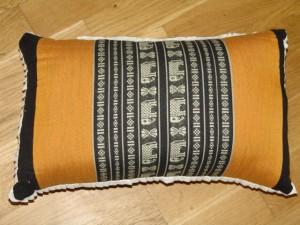 TK0024-55 Thaikissen Sofakissen Farbe: schwarz / ockergelb / Elefant Füllung aus 100% Kapok Masse: 45 x 25 x 15cm