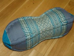 TK0015-29 Papaya Nackenkissen aus Kapok Farbe: Meerblau / Blume Füllmaterial Kapok Masse: ca. 45 x 15 cm PREIS: € 13,90
