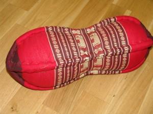 TK0015-31 Papaya Nackenkissen aus Kapok Farbe: weinrot / rot / Elefant Füllmaterial Kapok Masse: ca. 45 x 15 cm PREIS: € 13,90