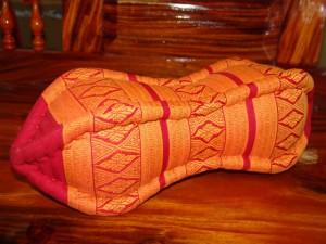TK0015-08 Papaya Nackenkissen aus Kapok Farbe: hellrot / gold / Raute Füllmaterial Kapok Masse: ca. 45 x 15 cm PREIS: € 13,90