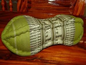 TK0015-10 Papaya Nackenkissen aus Kapok Farbe: grün / olivgrün / Elefant Füllmaterial Kapok Masse: ca. 45 x 15 cm PREIS: € 13,90