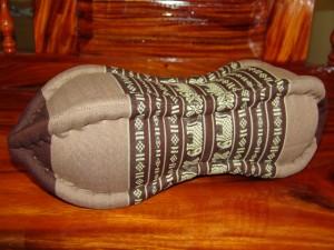 TK0015-13 Papaya Nackenkissen aus Kapok Farbe: dunkelbraun / braun / Elefant Füllmaterial Kapok Masse: ca. 45 x 15 cm PREIS: € 13,90