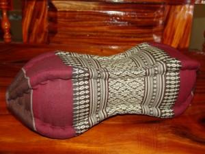 TK0015-14 Papaya Nackenkissen aus Kapok Farbe: dunkelbraun / rotbraun / Blume Füllmaterial Kapok Masse: ca. 45 x 15 cm PREIS: € 13,90